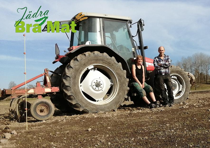 Bild på Linda och Torbjörn med deras traktor